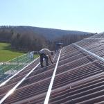 Hauptdach mit neuem Eternit und Stockschrauben Befestigung für die Photovoltaikmodule